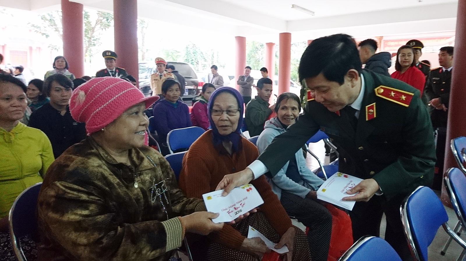 Lãnh đạo Bộ Công an tặng quà Tết cho bà con vùng sạt lở Quảng Nam