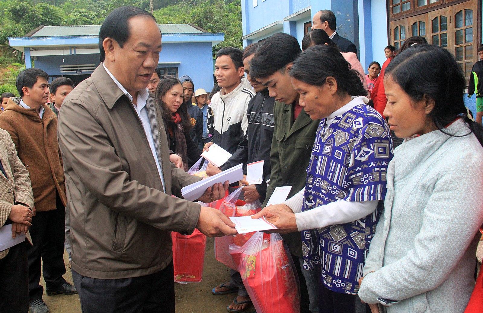 70 suất quà đến với bà con vùng lở núi Trà Bui