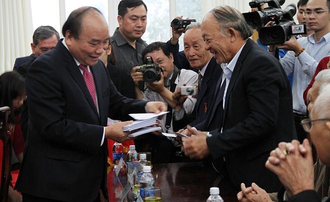 Thủ tướng tặng thiệp chúc mừng năm mới cho các lão thành cách mạng, cán bộ, nguyên cán bộ huyện Quế Sơn.