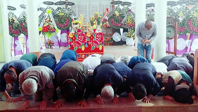 Những người Hàn Quốc là thành viên Quỹ Hòa bình Hàn - Việt cúi đầu xin lỗi thân nhân các nạn nhân vụ thảm sát Hà My.