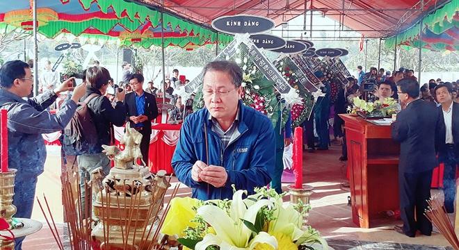 Thành viên đoàn Quỹ Hòa bình Hàn - Việt dâng hương tưởng niệm các nạn nhân trong vụ thảm sát Hà My.
