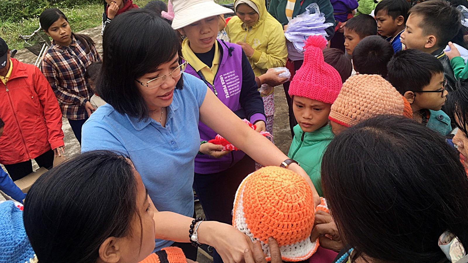 Những suất quà nghĩa tình đến với bà con miền núi Quảng Nam