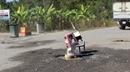 Người dân dựng rào chắn, chặn xe từ mỏ đá gây ô nhiễm