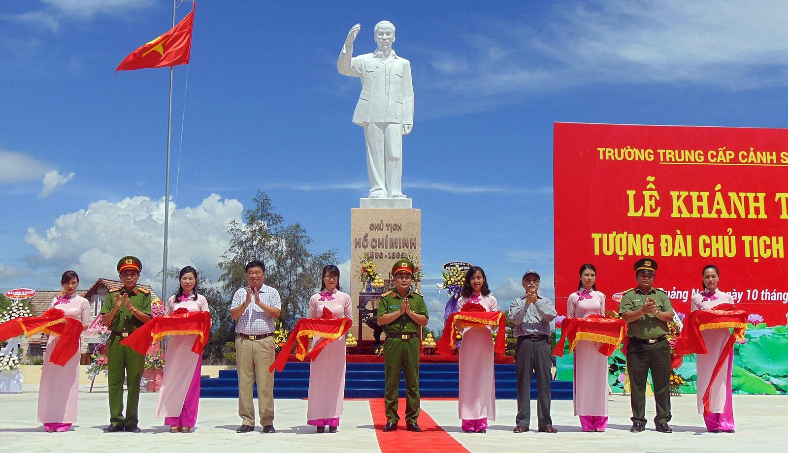 Khánh thành Tượng đài Bác Hồ tại Trường Trung cấp CSND V