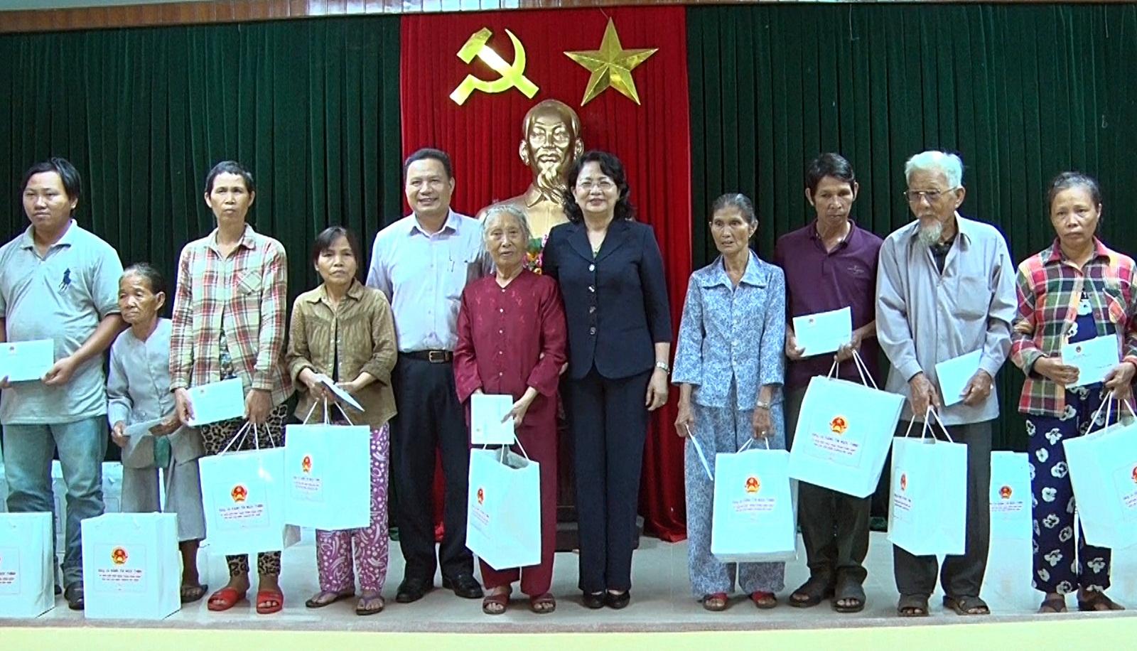 Phó Chủ tịch nước Đặng Thị Ngọc Thịnh thăm, tặng quà gia đình chính sách tại Quảng Nam