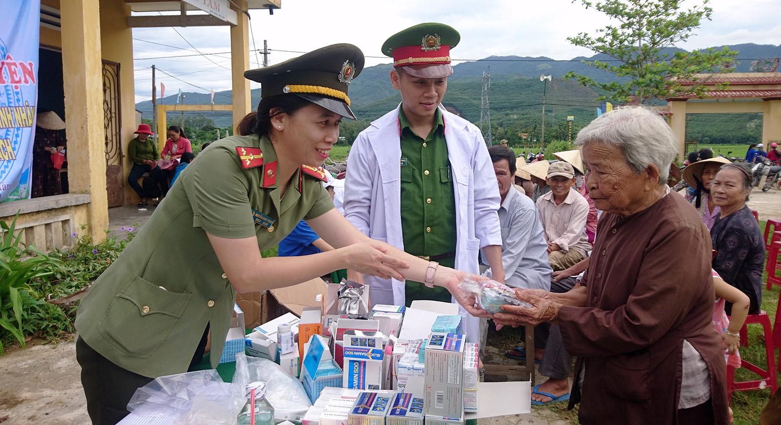 """""""Ngày xanh tình nguyện"""" về với vùng quê cách mạng Thượng Đức"""