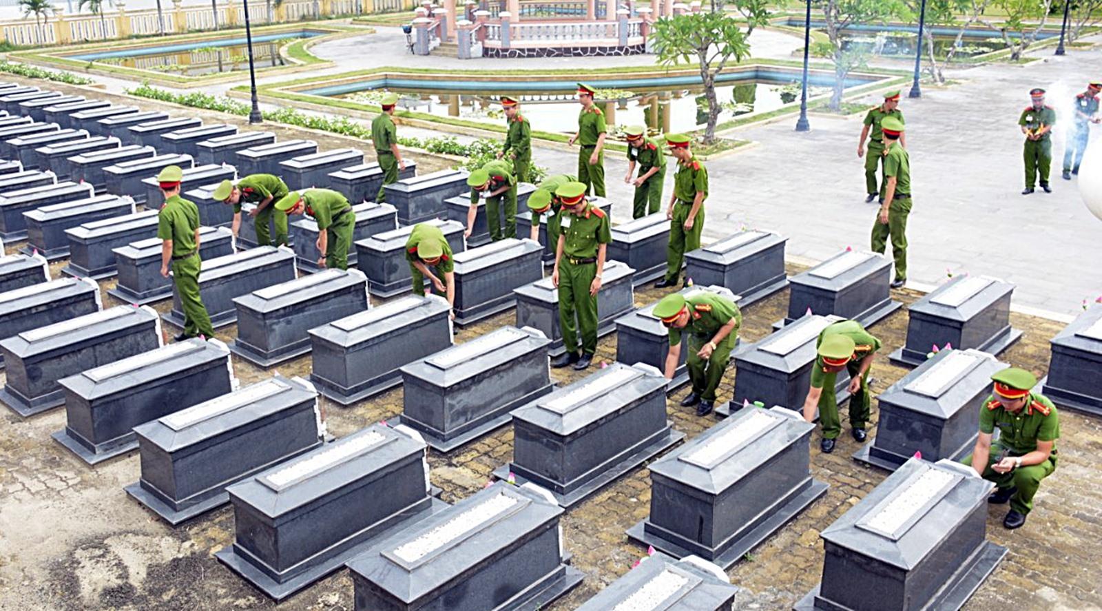 Trường Trung cấp CSND V dâng hương tri ân Chủ tịch Hồ Chí Minh và anh hùng, liệt sĩ