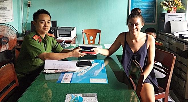 Công an Hội An trao trả tài sản đánh rơi cho du khách Australia