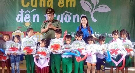 Công an tỉnh Quảng Nam và Công an tỉnh Trà Vinh tặng quà Tết Trung thu
