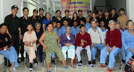CSCĐ dành tặng người già, trẻ em bất hạnh trước thềm năm mới