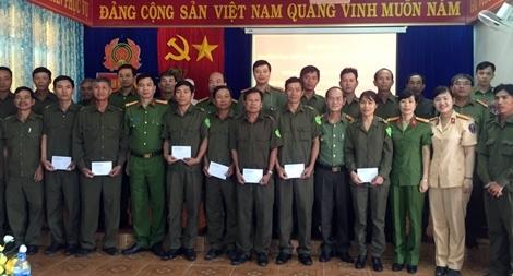 Trường Đại học CSND tặng quà cho người dân miền Trung