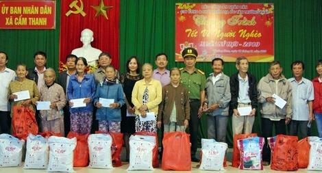 200 suất quà đến với người dân ven sông Thu Bồn