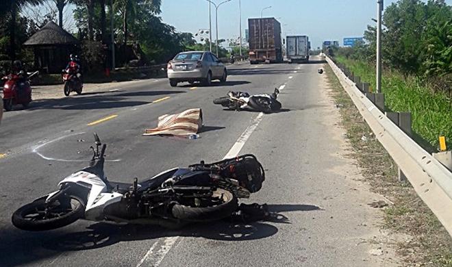 Va chạm với xe đầu kéo, nữ du khách nước ngoài đi xe máy tử vong tại chỗ