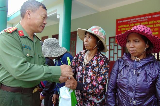 Khám bệnh, cấp phát thuốc miễn phí cho đồng bào Cơ tu tại vùng biên giới
