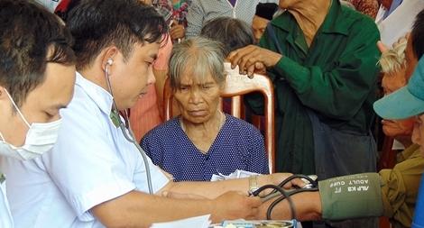 Công an tỉnh Quảng Nam cấp phát thuốc miễn phí cho hơn 300 người nghèo
