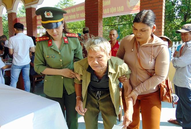 Công an tỉnh Quảng Nam cấp phát thuốc miễn phí cho hơn 300 người nghèo - Ảnh minh hoạ 8