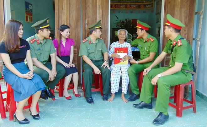 Tuổi trẻ CAND thăm, tặng quà gia đình chính sách, khó khăn tại Quảng Nam