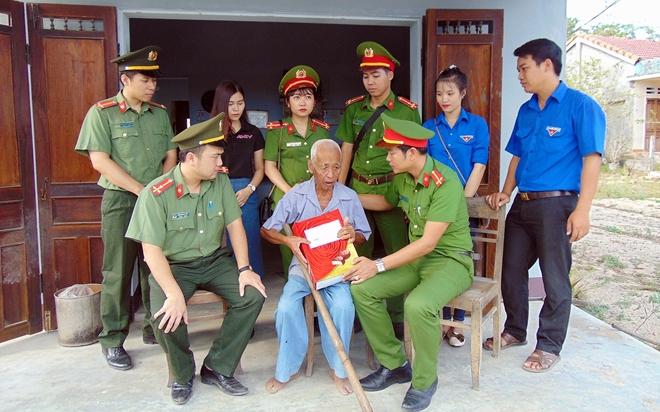 Tuổi trẻ CAND thăm, tặng quà gia đình chính sách, khó khăn tại Quảng Nam - Ảnh minh hoạ 2