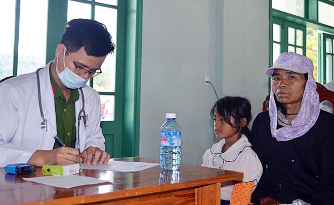 Tuổi trẻ Công an Quảng Nam khám bệnh cho trẻ em và người dân vùng cao - Ảnh minh hoạ 2