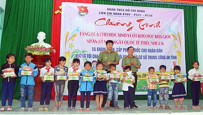 Tuổi trẻ Công an Quảng Nam khám bệnh cho trẻ em và người dân vùng cao