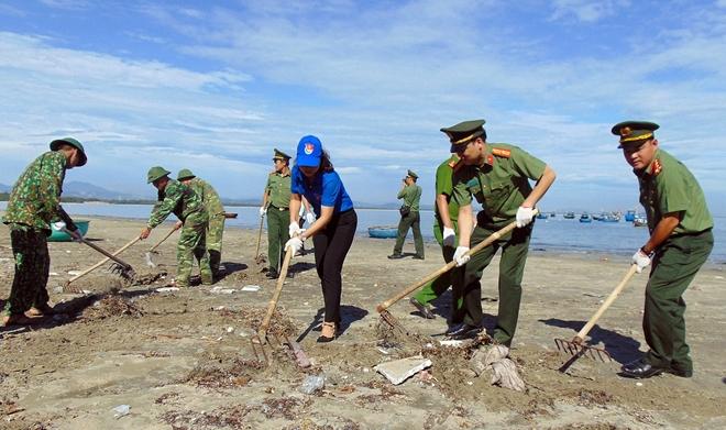 Hơn 300 đoàn viên thanh niên ra quân dọn vệ sinh bãi biển xã...