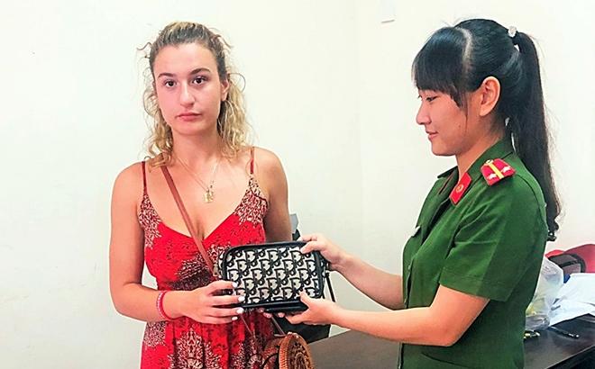 Công an Hội An trao trả tài sản bị cướp cho du khách nước ngoài