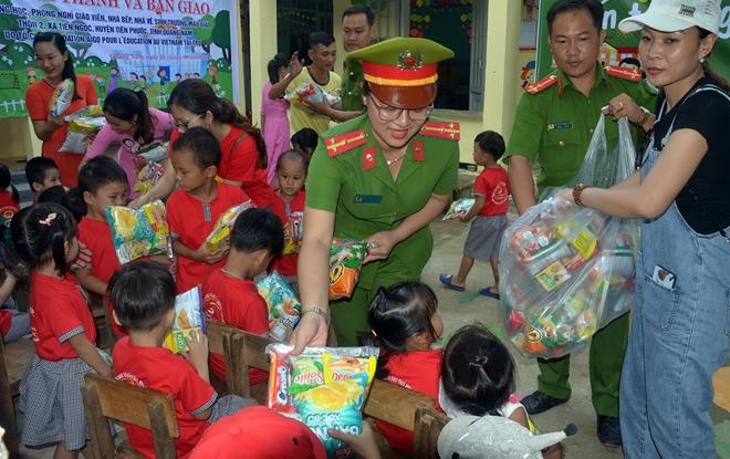 """Tuổi trẻ Công an Quảng Nam tổ chức chương trình """"Cùng em đến trường"""" - Ảnh minh hoạ 5"""