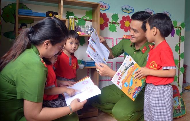 """Tuổi trẻ Công an Quảng Nam tổ chức chương trình """"Cùng em đến trường"""" - Ảnh minh hoạ 2"""