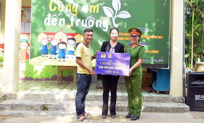 """Tuổi trẻ Công an Quảng Nam tổ chức chương trình """"Cùng em đến trường"""" - Ảnh minh hoạ 3"""