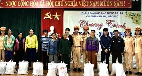 CSGT Quảng Nam tặng quà cho đồng bào nghèo