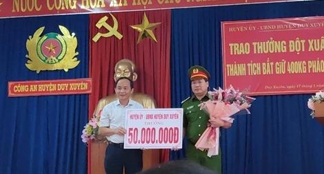 """Thưởng """"nóng"""" đơn vị phát hiện gần 400kg pháo được vận chuyển từ Lào về Việt Nam"""