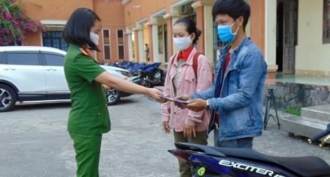 Sáu khổ chủ vui mừng nhận lại xe máy bị trộm