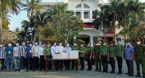 Tặng quà CBCS làm nhiệm vụ tại khu lưu trú an toàn cho du khách nước ngoài