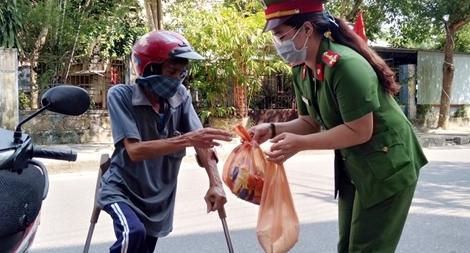 """Ý nghĩa chương trình cây """"ATM gạo"""" đầu tiên tại Quảng Nam"""