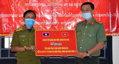 Công an tỉnh Quảng Nam tặng vật tư y tế cho Sở An ninh Sê Kông