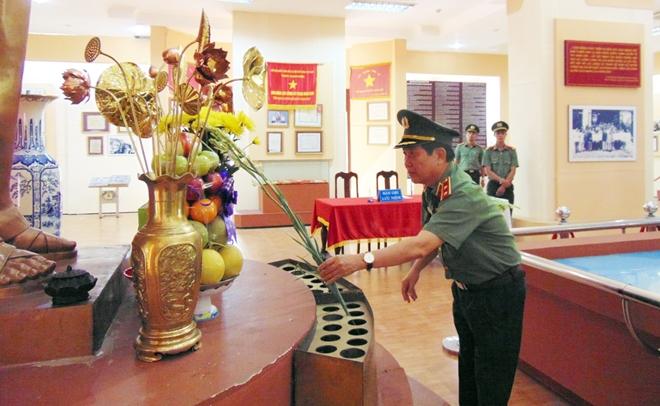Thứ trưởng Nguyễn Văn Sơn dâng hoa, dâng hương tại Khu di tích An ninh khu V - Ảnh minh hoạ 2