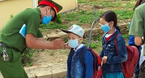 Tặng khẩu trang y tế và nước sát khuẩn cho học sinh Quảng Nam