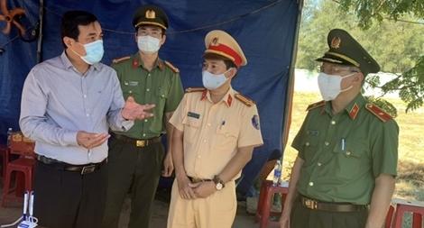 Động viên các bộ chiến sĩ ứng trực tại các chốt kiểm dịch