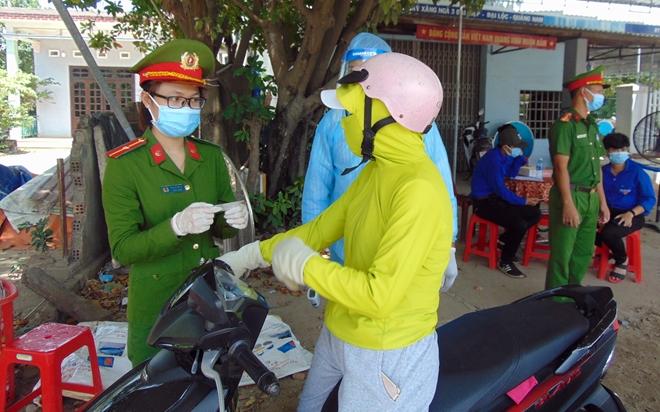 """Những """"bông hồng"""" nơi tuyến đầu chống dịch ở Quảng Nam"""
