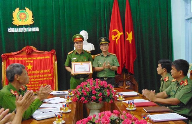 Khen thưởng đột xuất lực lượng Công an xung kích phòng chống lũ lịch sử