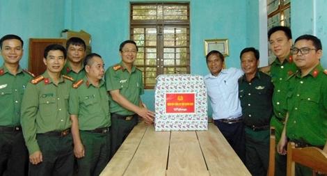 Tặng quà các xã biên giới bị cô lập do mưa lũ ở Quảng Nam