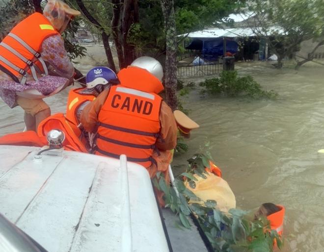 Dầm mình trong mưa lũ cứu dân
