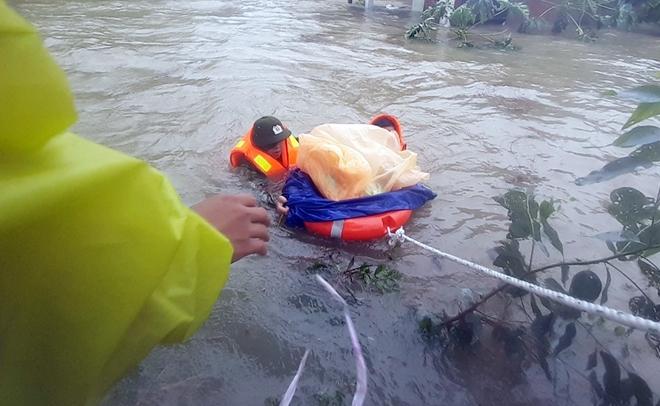 Dầm mình trong mưa lũ cứu dân - Ảnh minh hoạ 2