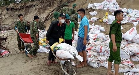Công an tham gia làm kè bảo vệ bờ biển Cửa Đại
