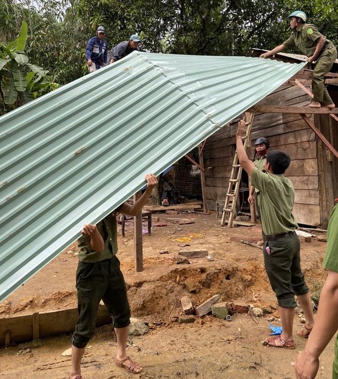 Công an Quảng Nam giúp dân khắc phục hậu quả bão lũ - Ảnh minh hoạ 6