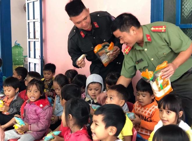 Công an Quảng Nam giúp dân khắc phục hậu quả bão lũ - Ảnh minh hoạ 5