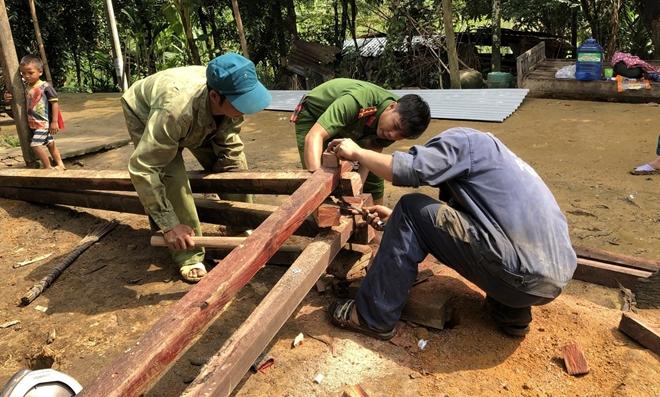Công an Quảng Nam giúp dân khắc phục hậu quả bão lũ - Ảnh minh hoạ 2