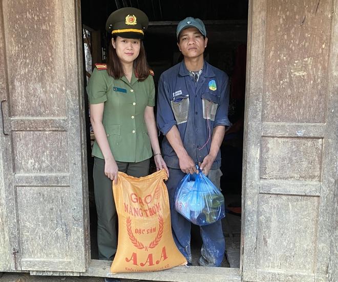 Công an Quảng Nam giúp dân khắc phục hậu quả bão lũ - Ảnh minh hoạ 4