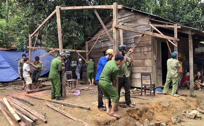 Công an Quảng Nam giúp dân khắc phục hậu quả bão lũ