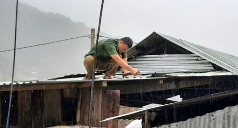 Xuống vùng cô lập giúp dân khắc phục hậu quả bão lũ